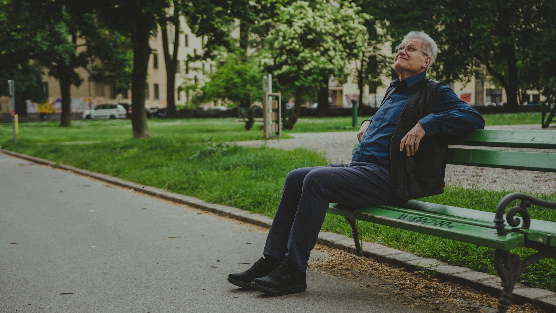 Marko Juhant v parku na klopci