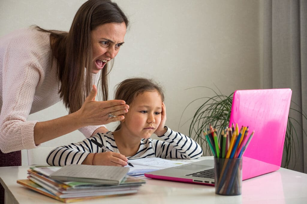 Zafrustrirana mami, ki vpije na otroka, ki se šola na daljavo.