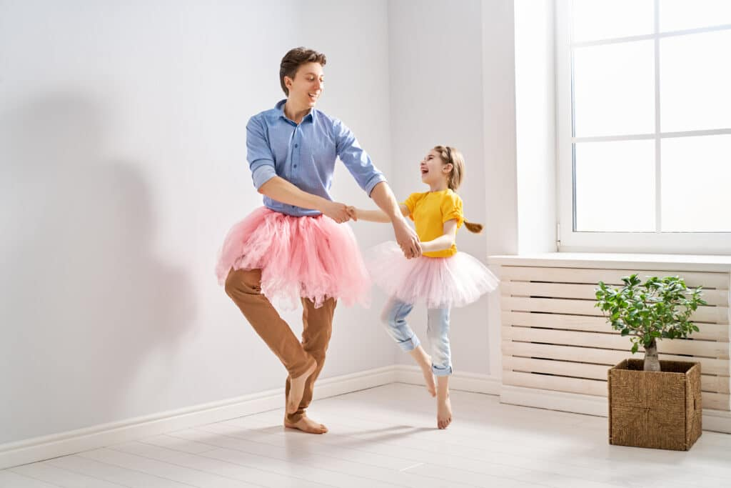 Ati in hčerka skupaj vadita balet v tutujih.